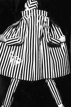 Photo by Daiho, 1966 - b & w photo - b & w striped outfit White Fashion, Look Fashion, Fashion Design, Stripes Fashion, 1960s Fashion, Vintage Fashion, Black White Stripes, Black And White, Style Année 60