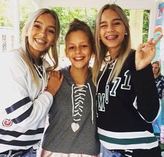 Lisa and Lena with a fan at Tinafestival✨