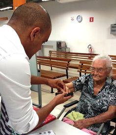 Aos 102 anos de idade, Maria Rosa de Jesus foi ao Poupatempo Barretos tirar a 1ª via do RG. A equipe do posto ficou honrada com a visita e a oportunidade de atendê-la. Button Down Shirt, Men Casual, Mens Tops, Shirts, Fashion, Senior Living, Jesus Is, Pink, Moda
