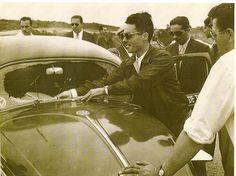 Há algum tempo recebi alguns registros do Jorge Dreux, filho do ex-piloto Haroldo Dreux, mostrando o pai, acompanhado do companheiro Aldo Costa, quando estes competiam com um VW Fusca, em meados dos anos 50. Além de Haroldo (de óculos escuros) e Aldo, aparece também o Arno, que era o mecânico da revenda VW Panambra, responsável pela barata.