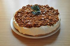Pastel de mousse de limón con crocante de almendra | Cocinar en casa es facilisimo.com