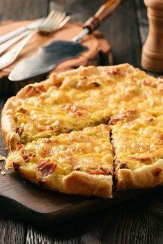 pâte brisée, blanc de poulet, huile d'olive, oignon blanc, curry, oeuf, crème fraîche liquide, coriandre, pavot