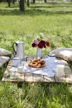 breakfast in the meadow.Such a great idea, why did I never think of going for a picnic in the park for our Sunday Brunch? Good Idea for our next sunday brunch. Picnic Set, Picnic Time, Picnic Ideas, Country Picnic, Picnic Tables, Picnic Park, Family Picnic, Breakfast Picnic, Romantic Breakfast