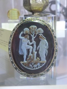 Ce camée, gravé au XIIIe siècle, probablement à la cour de Frédéric II Hohenstaufer, en Italie du sud, représente Adam et Eve dans le Paradis terrestre, mais en s'inspirant de très près des camées antiques sur le thème de la dispute d'Athéna et Poséidon. Les deux personnages sont face à face, de part et d'autre d'un arbre. H. 9.5 cm, l. 7.8 cm. 13e siècle (camée), monture: Belle, Josias 17e siècle. -BnF, Paris-
