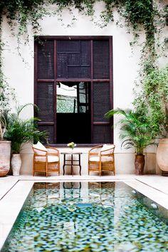 reflection pool. con sillitas afuera. divino.