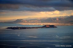 TRES ISLAS EN UNA  Mírala bien, tiene mucho para sorprenderte. Aún hoy guarda en sus entrañas volcánicas muchos misterios. Es la isla geológica más grande del Archipiélago canario, y también la más antigua. Es la isla de los Mahos. En la actualidad Fuerteventura y Lanzarote están unidas por el fondo marino, la isla de Lobos es un ejemplo de esa unión. Existió una época en la génesis de las Islas que se podía ir andando desde Órzola ( norte de Lanzarote) hasta Jandía ( sur de Fuerteventura). Cuan