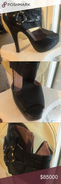 ISO NFS the mate to this shoe GoMaxx Dubai black heels. I lost the other one on a late night walk home from something fun and apparently exhausting since I took my shoes off to walk home gomaxx Shoes Ankle Boots & Booties