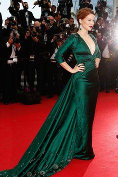 67 edición del Festival de Cannes. ¿Acaso hay una combinación más sensual para una alfombra roja que un vestido verde botella, una melena pelirroja y unos labios y uñas teñidos de color cereza? Así lo demuestra Léa Seydoux durante el estreno de Saint Laurent.