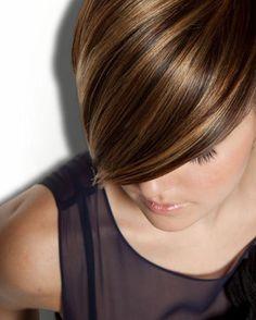 chatain meche caramel, coupe courte, coiffure asymétrique cheveux courts
