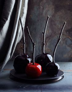 Spooky candy apples for Halloween time. These are the creepiest cool Halloween candy apples I've ever seen. If you are making your own Halloween candy this year, put these on the list, and start collecting your sticks now! Diy Halloween, Halloween Wedding Favors, Theme Halloween, Holidays Halloween, Spooky Halloween, Happy Halloween, Halloween Decorations, Halloween Apples, Halloween Projects