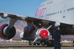 LauncherOne instalado sob asa do Boeing 747-400 (Foto: Reprodução / Instagram)  O Boeing 747 está para se aposentar por completo em 2022, mas não sem um passeio e tanto antes. Neste domingo (18), a Virgin Orbit, uma das duas companhias de exploração espacial do bilionário Richard Branson, comemorou a viagem bem-sucedida do fogueteLauncherOne, cujos sistemas propulsores foram ligados não de uma base em solo, mas após ser s