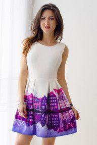 Biała sukienka z fioletowym nadrukiem miasta