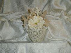 Uovo pasquale: filo di lana con fiori applcati