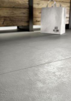 4BildCasa: Un pavimento in gres che si ispira alla resina Interior Design Services, Home Interior Design, Interior Decorating, Concrete Tiles, Home Tv, Wall And Floor Tiles, Modern Traditional, Stone Flooring, Terrazzo