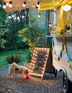 – Sem preconceito com pets: Frida chegou discreta e logo se acomodou em seu cantinho para descansar e comer. Vasos de pinus K&D Ideias Legais, plantas artificiais Empório das Flores (Foto: Cacá Bratke/Editora Globo)