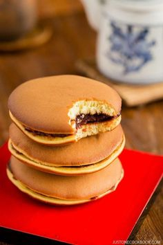 Dorayaki Recipe どら焼き A classic Japanese confection, Dorayaki is made of honey pancake sandwich with sweet red bean filling. It's wildly popular amongst the children and adult alike in Japan. Japanese Pancake, Japanese Sweets, Japanese Food, Sushi Recipes, Dessert Recipes, Cooking Recipes, Pancake Recipes, Game Recipes, Japanese Desserts