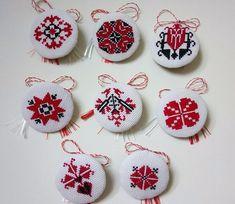 Mirela Mohjazi Handmade Martisoare cusute in punct romanesc Cross Stitch Designs, Cross Stitch Patterns, Bordado Popular, International Craft, Palestinian Embroidery, Mini Cross Stitch, Folk Embroidery, Fabric Jewelry, Cross Stitching