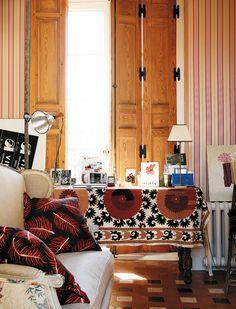 Todo es soñar - AD España, © Antonio Terrón El dormitorio, que combina una tela con flores y un lino en el sofá, dos cojines estampados con plumas y un suzani de Uzbequistán regalo de una amiga.