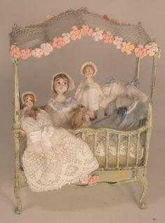 miniaturas de Almudena González bebes en su cuna