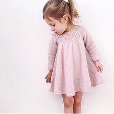 crochet dress outfits 57 ideas for crochet dress girl knitting Girls Knitted Dress, Crochet Dress Girl, Knit Baby Dress, Knitting For Kids, Baby Knitting Patterns, Crochet For Kids, Crochet Baby, Girls Sweaters, Baby Sweaters