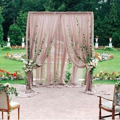 Para la ceremonia que tal esta decoración de jardines para bodas en blush con toques florales. | How about this blush decor for your garden wedding?