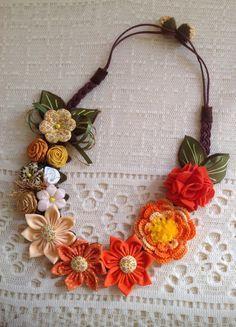 Linda peça confeccionada com flores de fuxico, feltro e crochê.