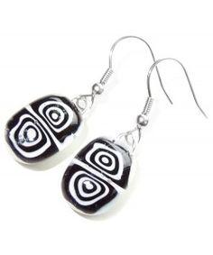 Handgemaakte oorbellen van zwart-wit millefiori glas!