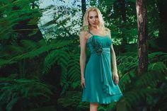 Abito corto in georgette smeraldo e fascia di raso a pieghe in vita con dettaglio strass a contornare il motivo floreale. #moda #abbigliamento #primavera #estate #abito #abitodasera #abitolungo #tulle #abitodacerimonia #abitosirena #specchio #fashion #coture #fashionvictim #style #fashionwoman #look #outfit #dress #partydress #wedding #weddingoutfit #weddingdress #elegance