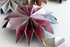 Advent ist die Zeit, in der am meisten Geld ausgegeben und Müll produziert wird. Da ich mein Geld lieber in Geschenke investiere und Müll sowieso doof ist, habe ich mir für die Adventsdeko ein Upcycling-Projekt ausgedacht, das völlig umsonst ist: Faltsterne aus alten Zeitschriften. Durch die Verwendung von bunten Seiten entstehen interessante Muster auf den Sternen und man kann sich die Farben ganz nach Lust und Laune (und Fundus) zusammenstellen. Für die Deko als Girlande oder auf einem…