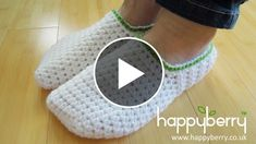 Hello everyone. Today I want to show you a tutorial of how to crochet adult slippers for men and woman. This amazing video is made by HappyBarry Crochetand you can easily follow all the steps explained very well in the video. Here's some specs : Yarn: 1 x 100g ball of chunky/bulky weight yarn… Easy Crochet Slippers, Knit Slippers Free Pattern, Crochet Slipper Pattern, Crochet Boots, Crochet Baby Shoes, Crochet Flower Patterns, Knitting Patterns, How To Do Crochet, Crochet Shell Stitch