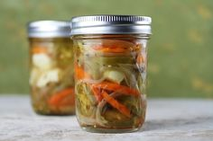 Delilah Snell Easy Hot Mexican Pickle Recipe Easy and so good! Don't go for the store bought one. Mexican Pickled Carrots Recipe, Chutney, Homemade Pickles, Pickles Recipe, How To Make Pickles, Chili, Sustainable Food, Stuffed Jalapeno Peppers, How To Make Homemade