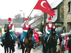 İtalya'da 300 Yıllık Geçmişe Sahip Türk Köyü:Günümüzde El Turco'nun anısına yapılan bu festival sırasında köyün her tarafı bayraklarla donatılıyor. Belediye başkanı dahil herkes Osmanlı gibi giyinen yeniçeri kıyafetli askerlerle omuz omuza sokaklarda dolaşıyor. Topluluğun en önünde ise El Turco'yu temsilen köyün en yaşlısı yürüyor.