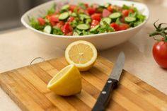Omytý a odkapaný hlávkový salát natrháme nebo nakrájíme do mísy, přidáme nasekanou petrželovou nať, nadrobno nasekaná rajčata a okurky. Připravíme si zálivku z olivového oleje, mořské soli, pepře a... Juice Cleanse Recipes, Detox Recipes, Drink Recipes, Healthy Snacks, Healthy Eating, Healthy Recipes, Healthy Liver, Healthy Cooking, Easy Recipes