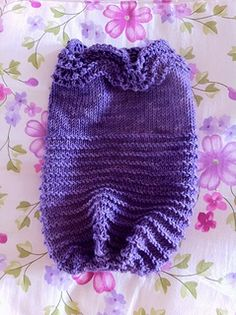It's a top-down cocoon knitted with circular needles. It is written in two sizes (Preemies and Newborn) and at the end the istructions also explain how to realize, if needed, a hole for intensive therapy tubes. Baby Hats Knitting, Knitted Baby Blankets, Knitting For Kids, Baby Knitting Patterns, Baby Patterns, Free Knitting, Knitted Hats, Knitting Ideas, Blanket Patterns