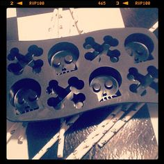 Skulls & crossbones baking holder<3