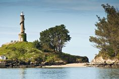 El faro de la isla de Tambo, al fondo de la Ría de Pontevedra.