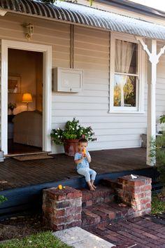 Choosing Modern Paint Colours for Older Homes + Win Bauwerk Paint! Cottage Exterior, Modern Farmhouse Exterior, House Paint Exterior, Exterior House Colors, Dulux Exterior Paint Colours, Exterior Color Schemes, Weatherboard Exterior, Australia House, Dulux Australia