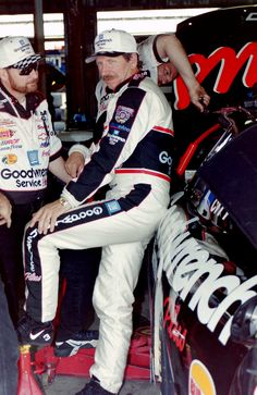 Whereas other drivers have loyal fans, endless stories, and great respect for their drivers, Earnhardt fans are a breed unto themselves. Vast in numbers, devoted to a fault, and cohesive in their fandom to the end, theyre legion in the world of NASCAR.