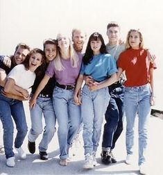 Beverly Hills, 90210 I miss the baggy T-shirts tucked in light jeans with a belt look - Fashion Beverly Hills 90210, Aesthetic Fashion, Look Fashion, 80s Fashion, 90210 Fashion, Jennie Garth, Shannen Doherty, Luke Perry, Shirt Tucked In