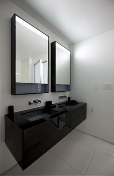 black & white Bathroom in New York Apartment By: Della Valle Bernheimer Architecture. Where's the Philippe starck parrot speaker though, made for this room surely kck Bathroom Furniture, Bathroom Interior, Modern Bathroom, White Bathroom, Modern Apartment Design, Bath Design, Beautiful Bathrooms, Bathroom Inspiration, Interiores Design