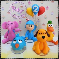 Kit festa Pocoyo, contendo um topo de bolo do Pocoyo com idade no balão e quatro miniaturas: Pato, Loula, Sonequita e Elly. <br> <br>Produto sob encomenda. <br>Material: biscuit; base acrílica redonda. <br>Altura: Topo de bolo com 12cm; miniaturas entre 05 e 08cm. <br> <br>Antes de encomendar, não esqueça de conferir as políticas da loja (http://www.elo7.com.br/patysbiscuit/politicas ), e de entrar em contato para consultar disponibilidade na agenda!