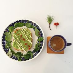 旦那さんの誕生日🎂 *  今日はやる事いっぱい。。。 * とっても寒い日が続いてますね☃️ 皆さま くれぐれも御自愛下さい。。 * #朝食#朝ごはん#朝時間#おうちごはん #おうちカフェ #アボカド#アボカドトースト #トーストアレンジ#アボカド料理#オープンサンド 🥑#北欧食器#アラビア#トゥオキオ #mriyou_breakfast