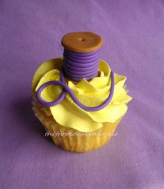 Tuesday Toppers: Spool of Thread Cupcake Topper Tutorial by thefrostedcakencookie Fancy Cupcakes, Sweet Cupcakes, Yummy Cupcakes, Cupcake Cookies, Cupcake Toppers, Fondant Toppers, Cat Cupcakes, Sewing Cake, Cupcake Heaven