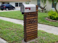 DIY Mailbox Mid-Century Wooden Mailbox DIY - Made from fence posts and cedar Porch Mailbox, Wooden Mailbox, Old Mailbox, Mailbox Ideas, Front Porch, Cedar Mailbox Post, Stone Mailbox, Mailbox Designs, Large Mailbox