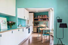 Une cuisine faite de perspectives ouverte sur le coin salle à manger/salon