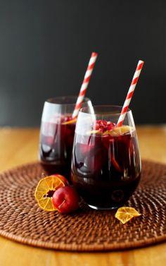 RECETA – SANGRÍA NAVIDEÑA  Ingredientes  Jugo de un limón 2 naranjas dulces cortadas en rodajas finas 2 cucharadas soperas de azúcar  1 litro de vino tinto 3 ramitas de canela Clavo dulce  Preparación  Colocar los ingredientes en una jarra, menos el vino y llevar a la nevera. Al  momento de servir, distribuir en las copas de champaña una rodaja de naranja y el vino