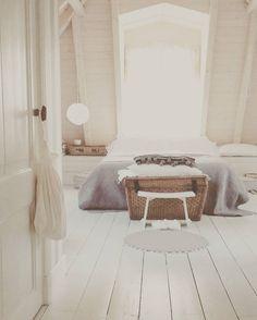 Goedemorgen op deze koude maandagochtend. Ben gelukkig bijna op mijn werk. Ik heb zo'n hekel aan die gladde wegen. Doe voorzichtig! #cold #ice #winter #goodmorning #monday #maandag #bedroom #wit #white #brocante