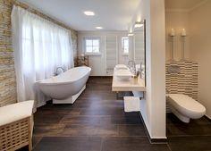 Beispiel für Fliesen in dunkler Holzoptik im Bad.
