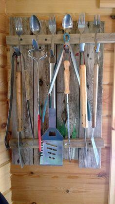 Harmaata lautaa, vanhoja lusikoita ja haarukoita. Barn wood, old spoons and forks.