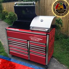 Now that's what we call a toolbox! What do you guys think of this idea? Could be the perfect project to enjoy over the LONG Heritage (AKA National Braai Day) weekend!   Let's see some pics of what you are throwing your chops on.